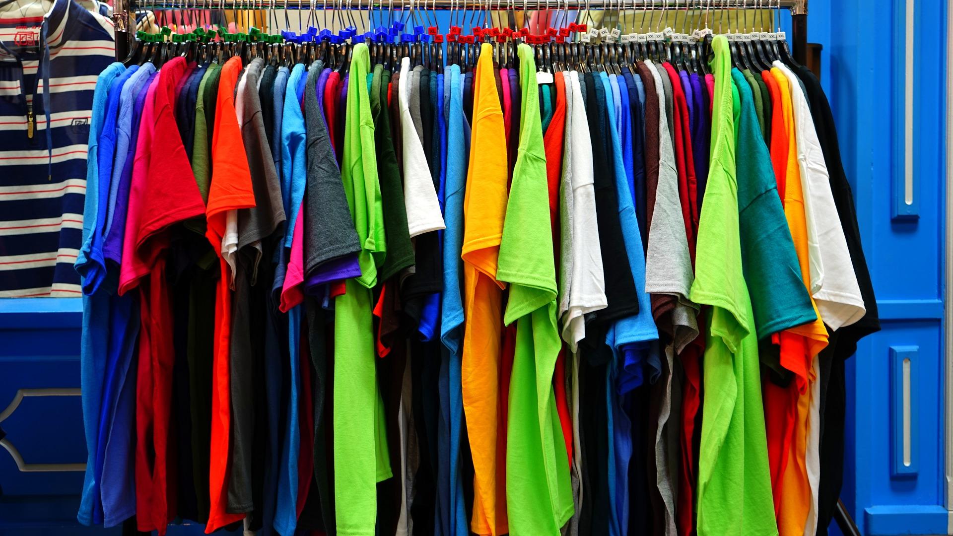 magliette colorate in vendita