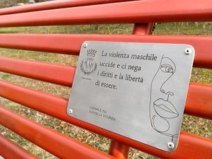 a Imola la panchina rossa nell'area verde dedicata alle sorelle Mirabal